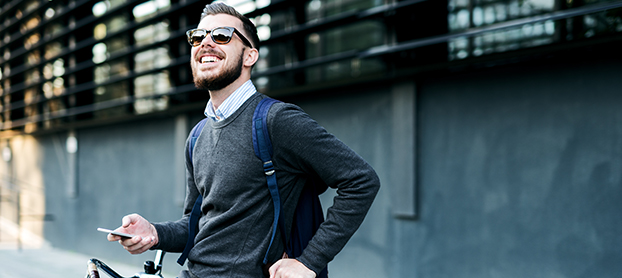 Ses basiques sont un tee-shirt ou un polo, une veste, un jean straight et  une écharpe ou foulard. e94b2cfb01c