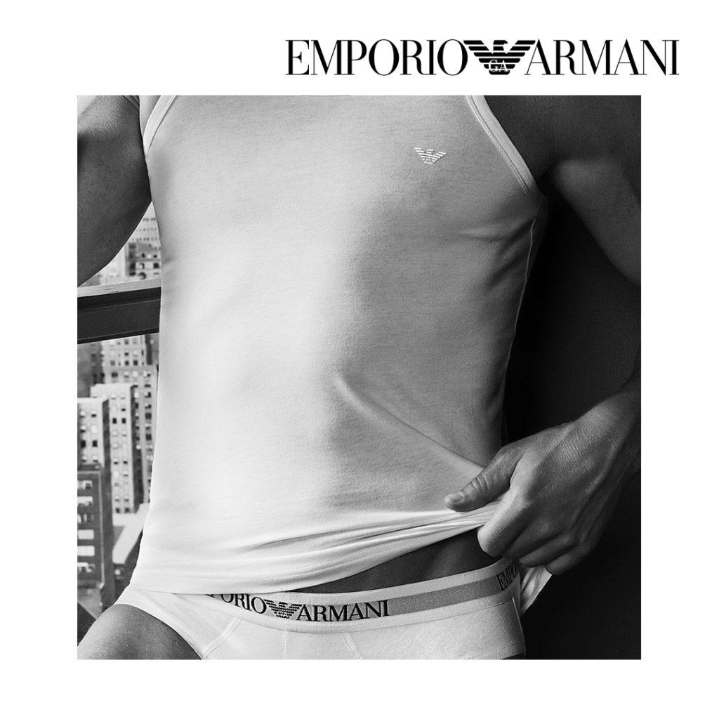 Shopper l'emblématique cadeau offert à Noël : le caleçon masculin Emporio Armani. Classique et simple, il va plaire à tous les hommes.